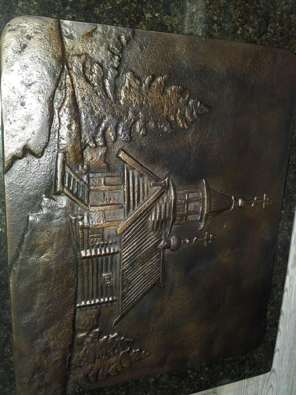 Барельеф на памятникМемориал