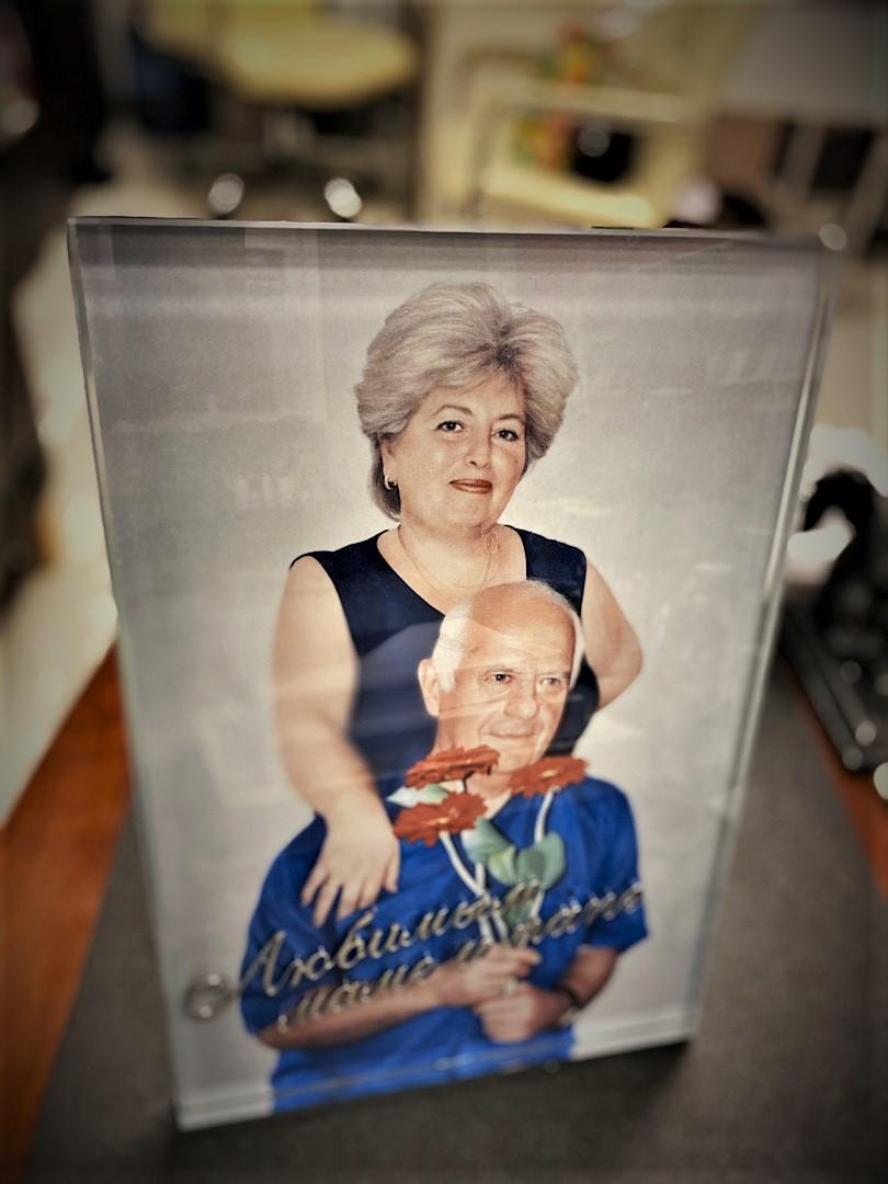 Накладные буквы на стекле портрета - Мемориал Арт